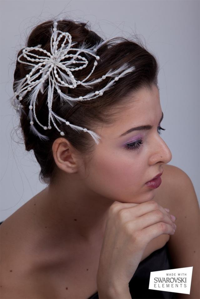 Coronita de mireasa din perle cu cristale Swarovski in forma de floare cu un efect de pene artificiale