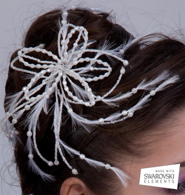 Coronita de mireasa din perle cu cristale Swarovski in forma de floare cu un efect de pene artificiale - detaliu